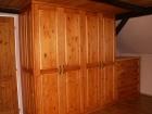 Vestavní skříň z masivní borovice
